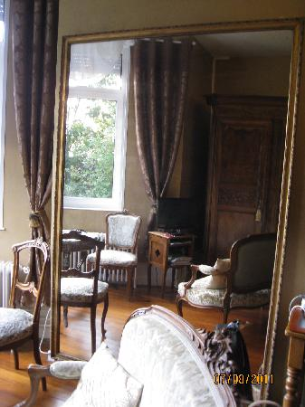 Le Chateau : Our room in the mirror