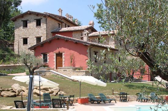 Borgo Belvederi: Scorcio del Borgo visto dalla piscina