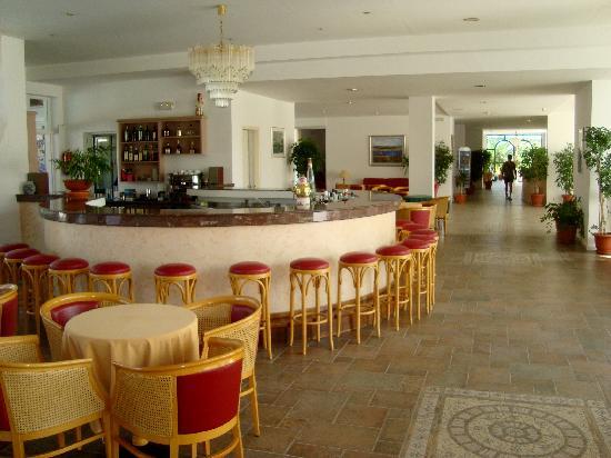 Alexandra Beach Hotel & Apartments: zona bar interno