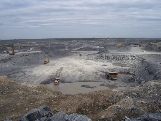 Malartic, Canada: Open pit at the mine from our bus tour