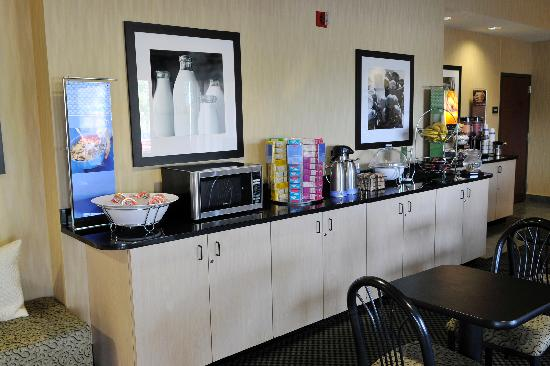 Hampton Inn Elizabethtown: On-the-House hot breakfast, complete with waffles!