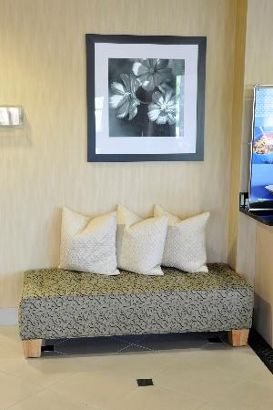 Hampton Inn Elizabethtown: Relax in the comfort of our lobby soft seating.