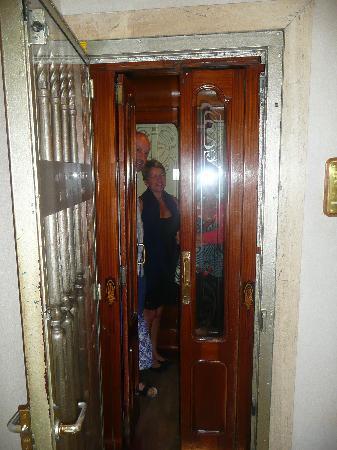 هوتل نيزا: Elevator