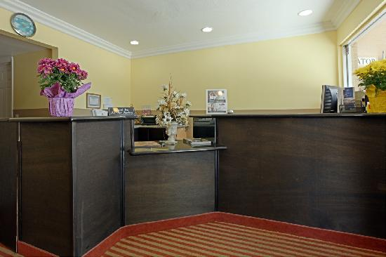 Americas Best Value Inn Downtown: Front Desk