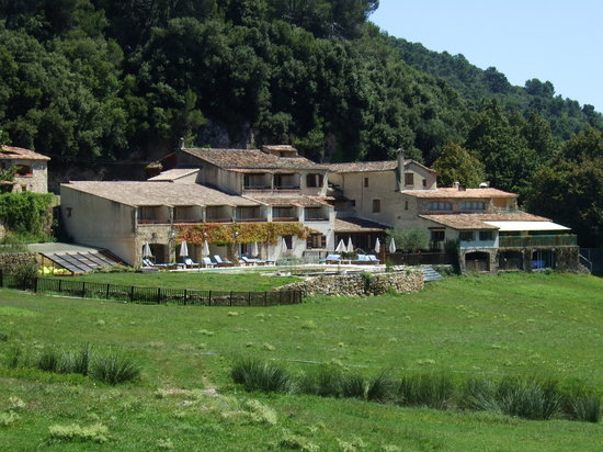 AUBERGE SAINT PIERRE : Hotel from the footpath to Tourtour