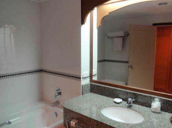 Amora Beach Resort: The bathroom