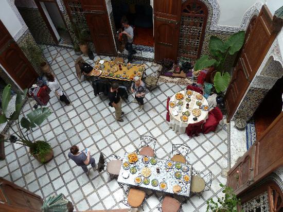 Riad Saada : les tables dressées pour le déjeuner