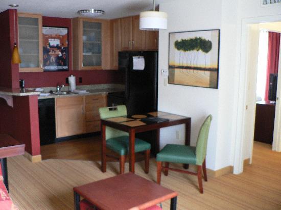Residence Inn Glenwood Springs: Küche und Eßbereich