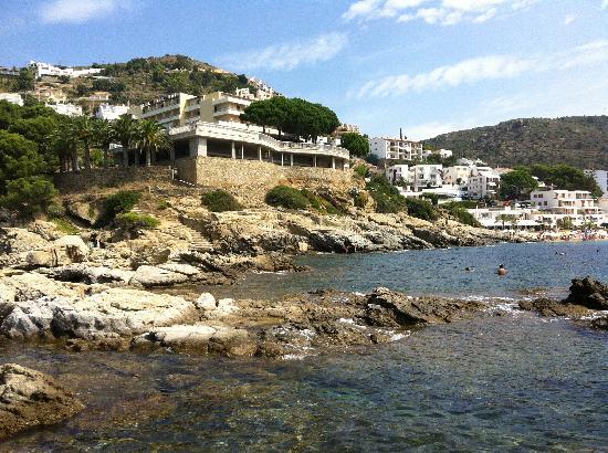 Almadraba Park Hotel : vue depuis les rochers au bas de l'hôtel