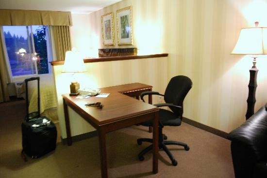 DoubleTree by Hilton Hotel Vancouver, Washington: The bed is on the other side of the wall