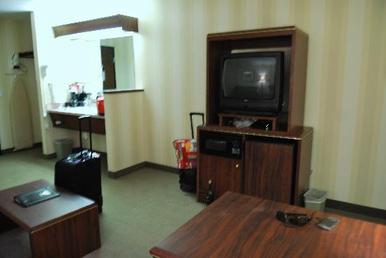 DoubleTree by Hilton Hotel Vancouver, Washington : The fridge and micro are under the television