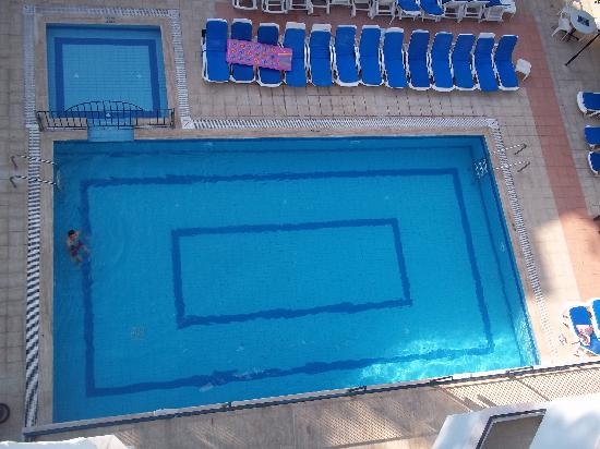 Tekin Apartments: Not olympic size but wonderful for cooling off in and the chldren loved it.