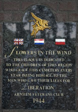 Oosterbeek, Países Baixos: Plaque dedicated to the schoolchildren who lay flowers at the cemetery