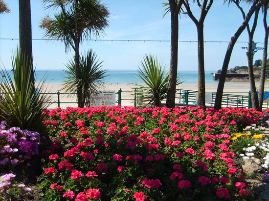 St. Brelade's Bay Beach: Colourful