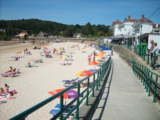 St. Brelade's Bay Beach : Quiet day on the beach