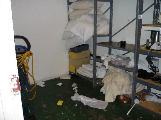 Icona Golden Inn: Supply closet where the clean sheets are stored