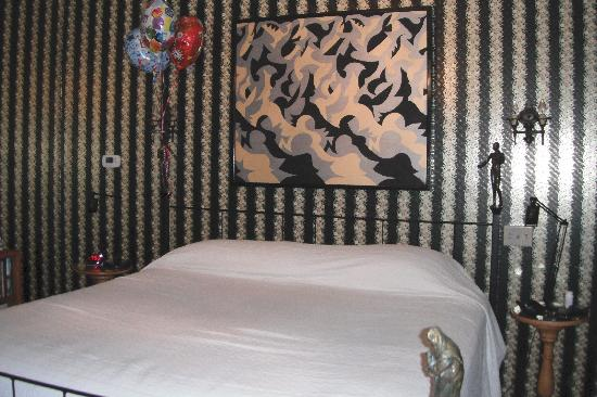 Abe's Spring Street Guest House: Bed in Rudolph's Retreat-very comfy & firm