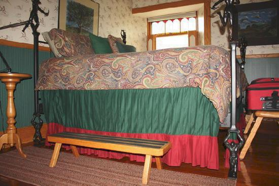 Abe's Spring Street Guest House: Bed in Albert's Glen-Yes you needed the step to get into bed!