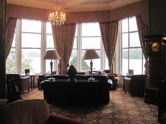 Macdonald Old England Hotel & Spa: Lounge with excellent views of lake