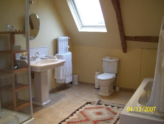 Le Manoir de Herouville: A bathroom
