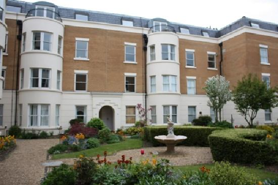 Town or Country Serviced Accommodation : Stunning Grounds of Osborne House - We have a one bedroom fully furnished apartment in Osborne H