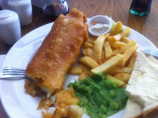 Premier Inn Edinburgh Airport (Newbridge) Hotel: The hotels fish & chips, the best fish & chips I have ever had, the most biggest fish I have see
