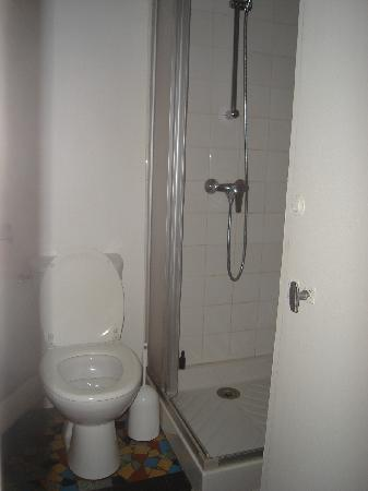 Hotel Du Marche Saint Martin: our room had its own toilet & shower!
