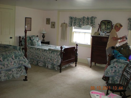 Clark Currier Inn: Sargeant Room spacious for 3-4 people with 2 twin beds and a double bed.