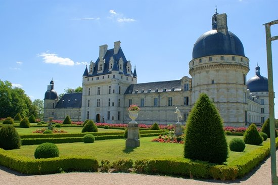 Chateau de Valencay : The formal garden and main frontage