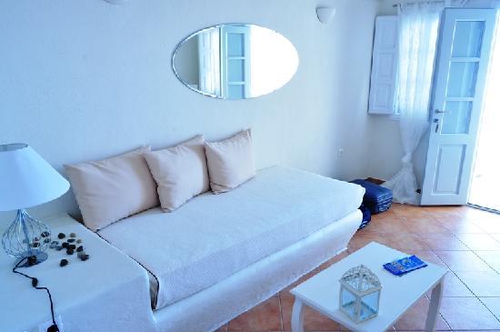 Oia Suites: Sala en la habitación