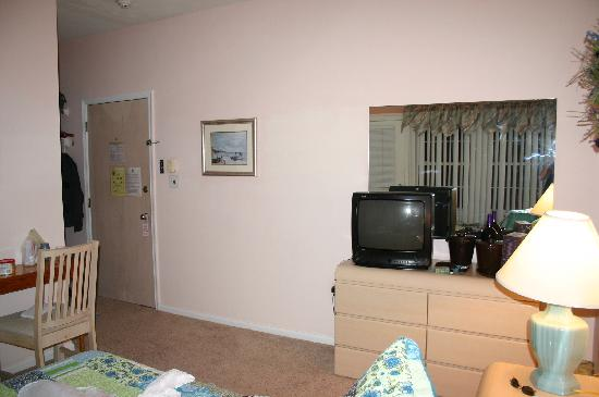 Jolly Roger Motel: TV and door to hallway