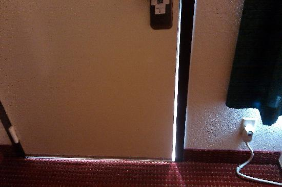 Quality Inn Medical Center Area: door to the room where bugs can and did come in