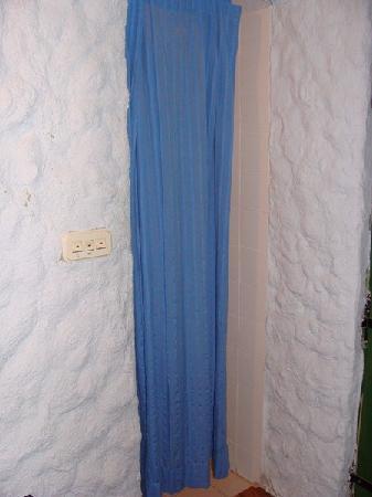 Agrotourism Kalpic b&b: El diminuto baño está separado de la habitación por una cortina