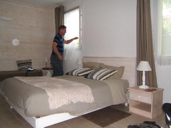 Chambre albizia1 photo de villa albizia saint malo for Ouvre la fenetre