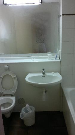 Kyriad Amiens Nord : bathroom