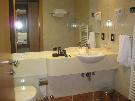 Hotel Saudade: Sparkling bath!