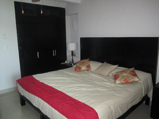 Las Flores Beach Resort: King Bed, Closet and AC