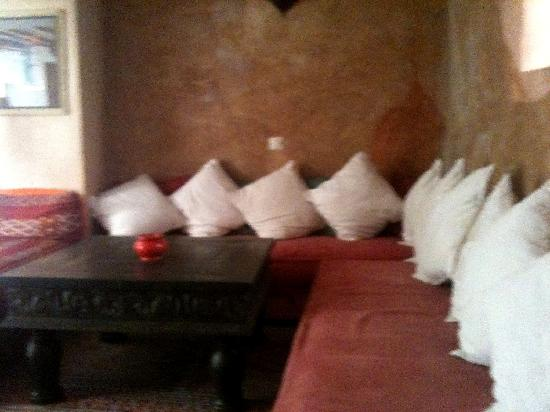 Riad Dar Nimbus: The lounge area on the ground floor where we ate our meals on occasion.