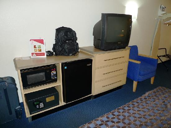 Red Roof Inn Greensboro Coliseum: TV, Refrigerator, Etc.