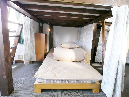 J-Hoppers Kyoto Guest House: 【男女共同ドミトリー】 下段のベッド ★無線LAN無料接続 ★ベッドライト・カーテン有り
