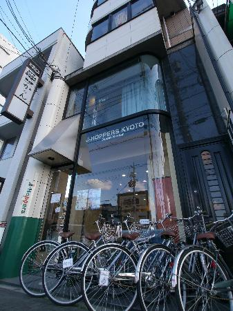J-Hoppers Kyoto Guest House: 外観 (レンタサイクル1日500円)