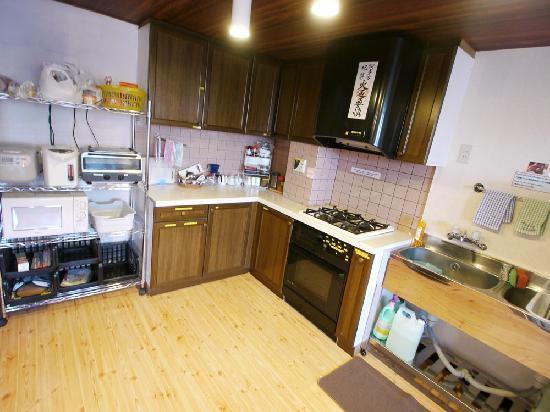 J-Hoppers Kyoto Guest House: 【共用の自炊ができるキッチン】 調理道具等一式取り揃えております。 コーヒー・調味料等無料
