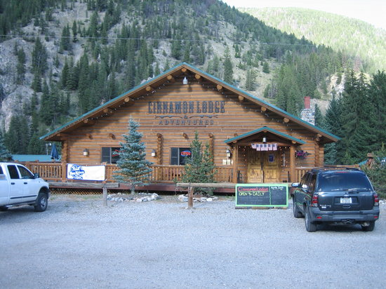 Cinnamon Lodge: Front of the restaurant and