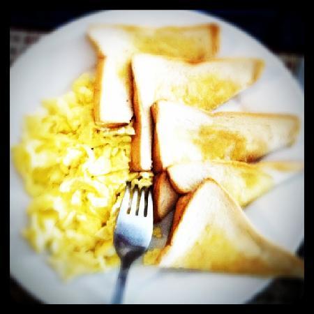 Avista Hostel Siem Reap: Toste with eggs