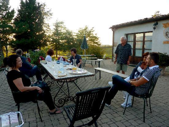 Agriturismo Il Vecchio Maneggio: Pre-dinner drinks and socializing with other guests...