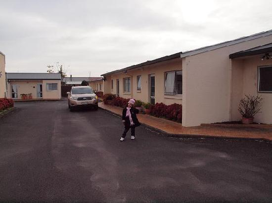 Ann's Volcanic Rotorua Motel and Serviced Apartments : Parking & apartment view from outside.