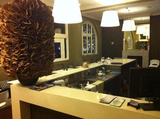 Vulcan Hotel: hotel restaurant where breakfast is served, has fireplace