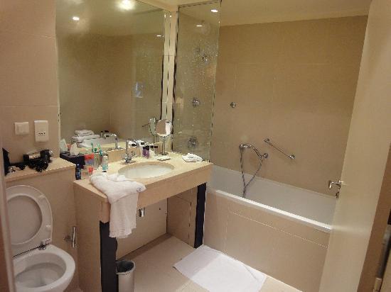Garden Elysee Hotel: Bath