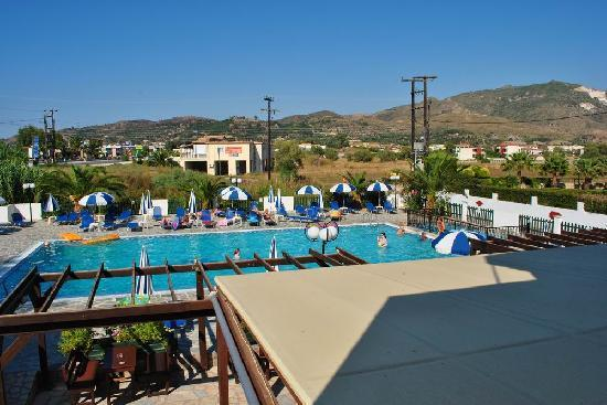 Pelouzo Hotel: Pool and bar