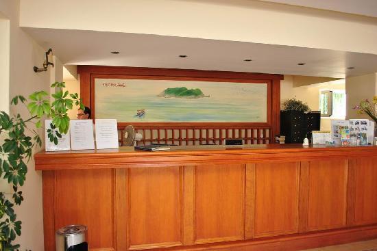 Pelouzo Hotel: Hotel front desk